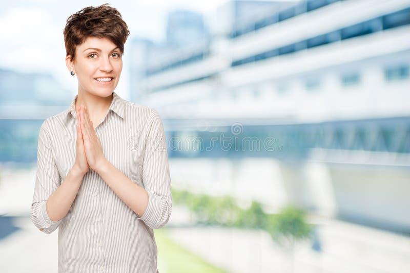 Glückliches Brunettefrauenfoto stockfotos