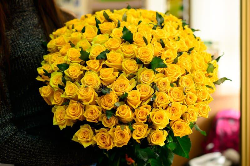 Glückliches Brunettemädchen empfing großen Blumenstrauß des schönen neuen Schreis lizenzfreie stockbilder