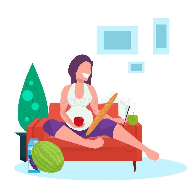 Glückliches Buch der schwangeren Frau Leseund Essen des Mädchens der frischen Früchte, das flach auf Couchschwangerschaft und Mut lizenzfreie abbildung
