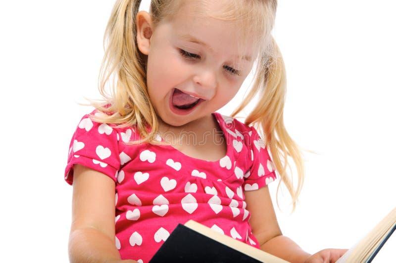 Glückliches Buch gelesen für junges Mädchen lizenzfreie stockbilder