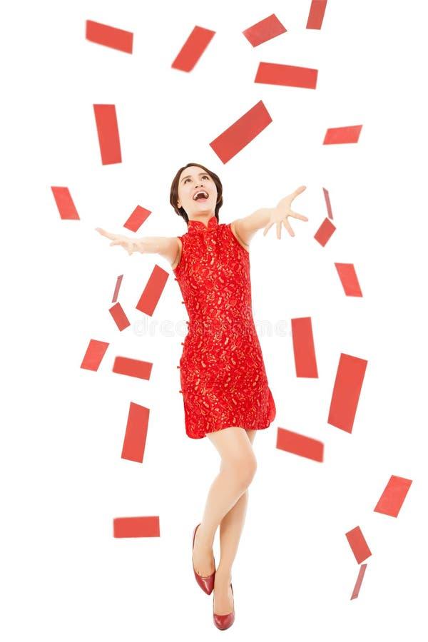 Glückliches chinesisches neues Jahr Junge Frau, die versucht, roten Umschlag zu fangen lizenzfreie stockfotos