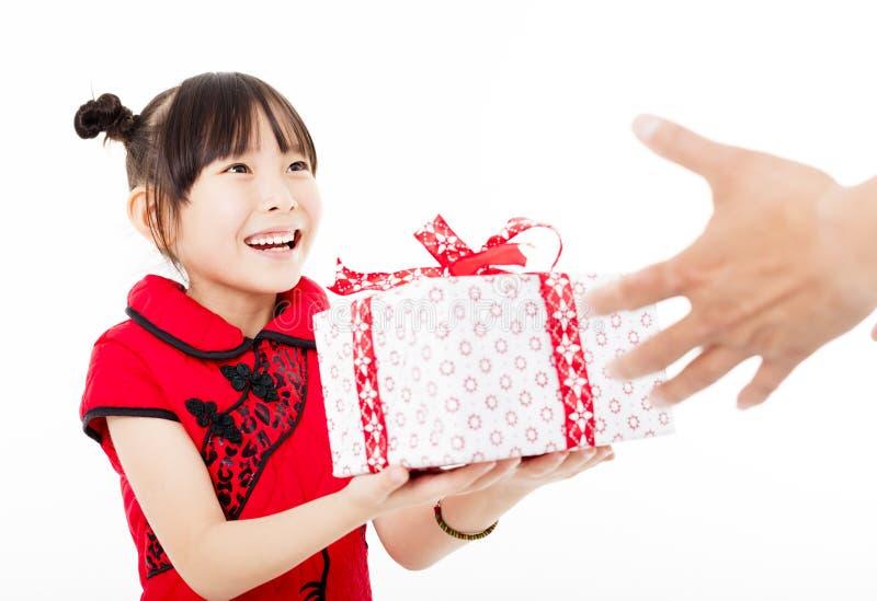 Glückliches chinesisches neues Jahr kleines Mädchen, das Geschenkbox gibt stockfotos