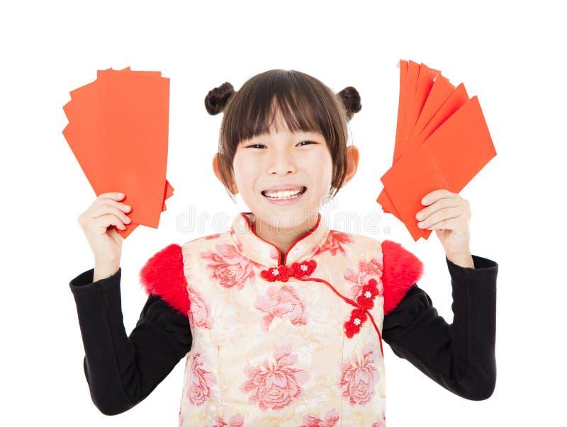 Glückliches chinesisches neues Jahr kleines Mädchen, das roten Umschlag zeigt lizenzfreies stockbild