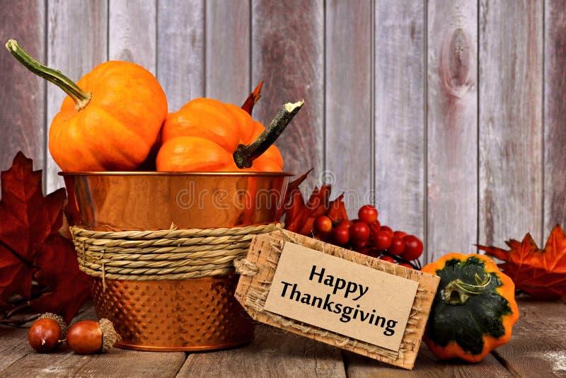 Glückliches Danksagungstag und Herbstdekor mit rustikalem hölzernem Hintergrund