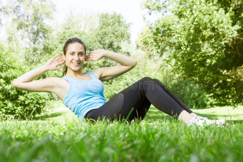 Glückliches Eignungsmädchen, das Übung tut lizenzfreies stockbild