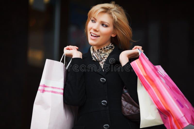 Glückliches Einkaufen der jungen Frau lizenzfreie stockfotos