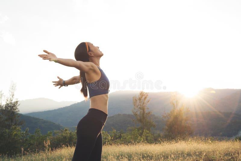 Glückliches entspannendes Lächeln der jungen Schönheitsfrau mit blauem Sportstangenklumpen stockbilder