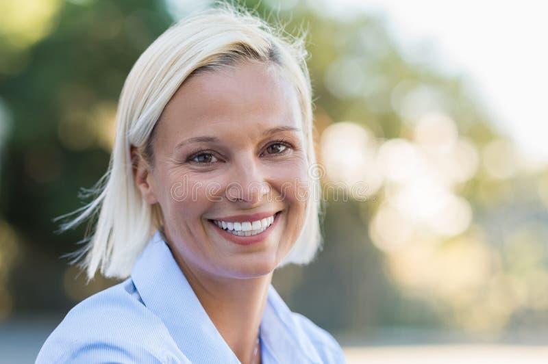 Glückliches fälliges Frauenlächeln stockbilder