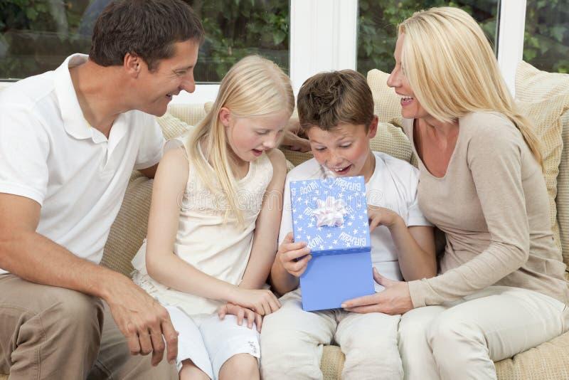 Glückliches Familien-Jungen-Kind-Öffnungs-Geburtstag-Geschenk lizenzfreie stockfotografie