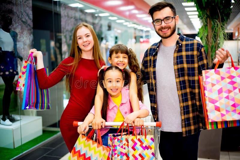 Glückliches Familieneinkaufen lizenzfreies stockfoto