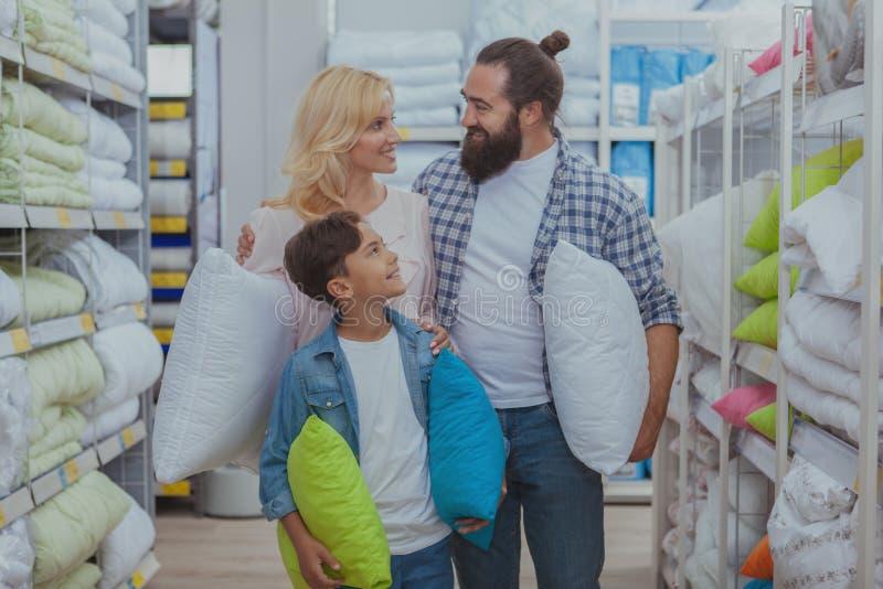 Glückliches Familieneinkaufen am Möbelgeschäft stockfoto