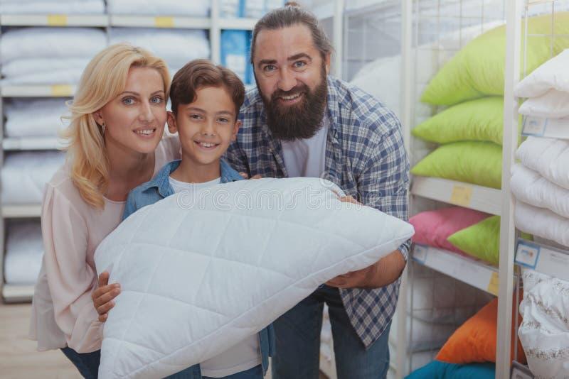 Glückliches Familieneinkaufen am Möbelgeschäft lizenzfreie stockfotos