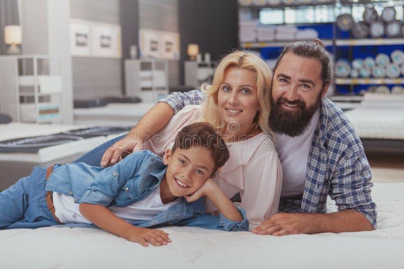 Glückliches Familieneinkaufen am Möbelgeschäft stockfotos