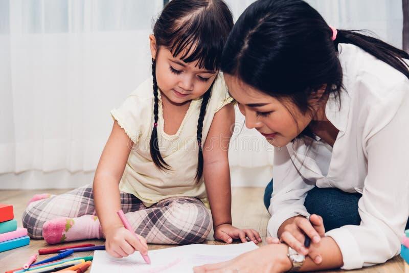 Glückliches Familienkinderkindermädchenkindergartenzeichnungs-Lehrer educati stockfoto