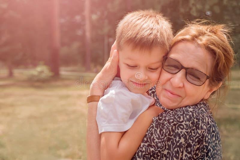 Glückliches Familienkonzept Generations-Verbindung Generations-Verbindung stockfotografie