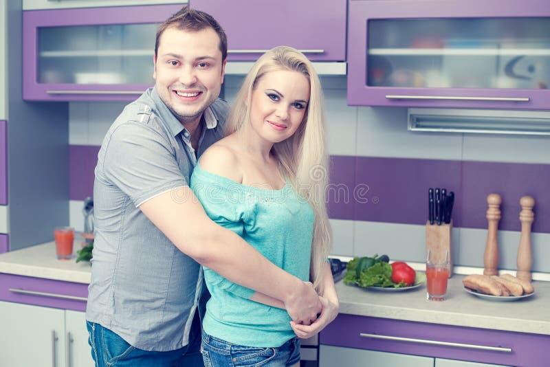 Glückliches Familienkonzept Porträt von romantischen Paaren stockbilder