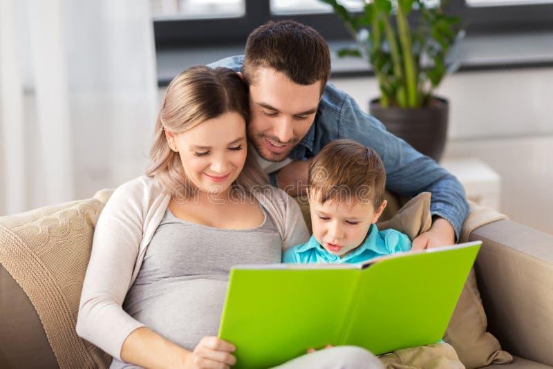 Glückliches Familienlesebuch zu Hause lizenzfreie stockfotos