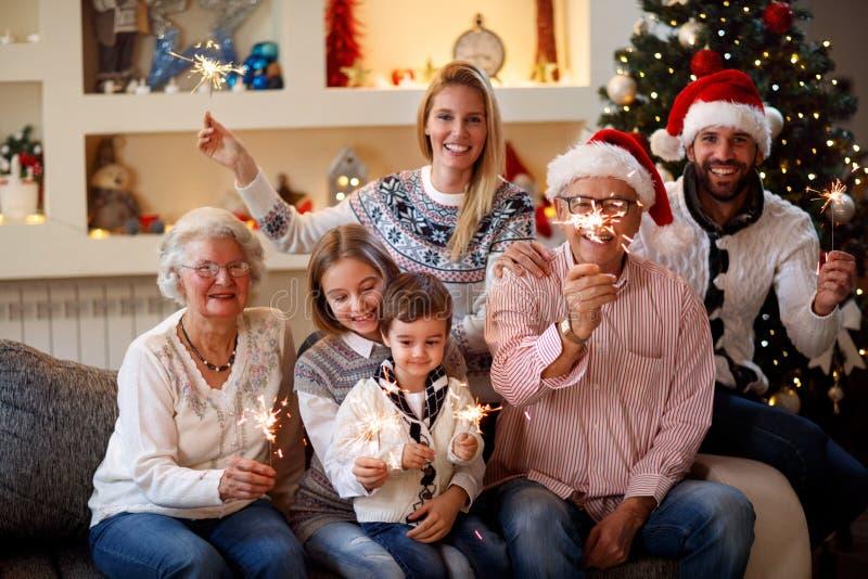 """Glückliches Familienmomente †""""Familie mit Berieselungsanlagen Chri feiernd stockfotos"""
