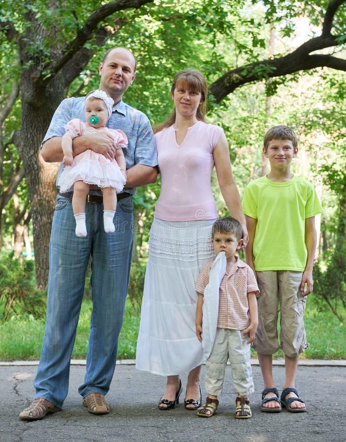 Glückliches Familienporträt auf im Freien, Gruppe von fünf Leuten, die in der Stadt aufwerfen, parken, Sommersaison, Kind und Elt lizenzfreies stockfoto