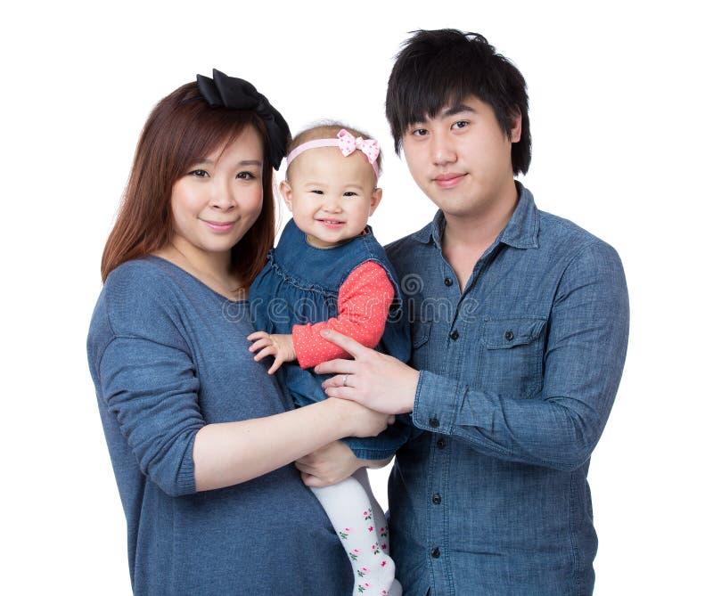 Glückliches Familienporträt, das zusammen lächelt lizenzfreie stockfotografie