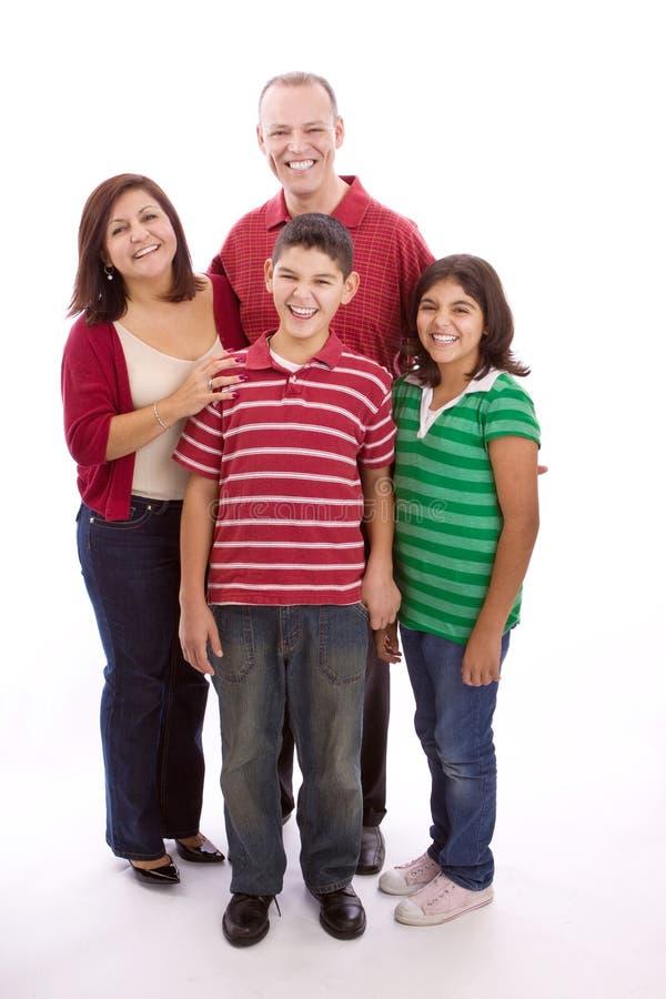 Glückliches Familienporträt, das zusammen - lokalisiert auf weißem Hintergrund lächelt lizenzfreie stockbilder