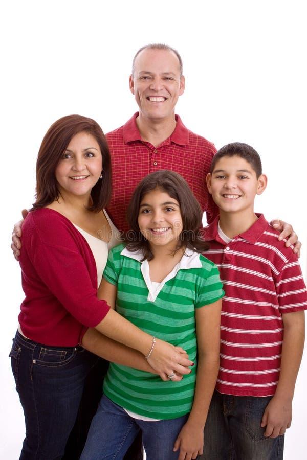 Glückliches Familienporträt, das zusammen - lokalisiert auf weißem Hintergrund lächelt lizenzfreies stockfoto