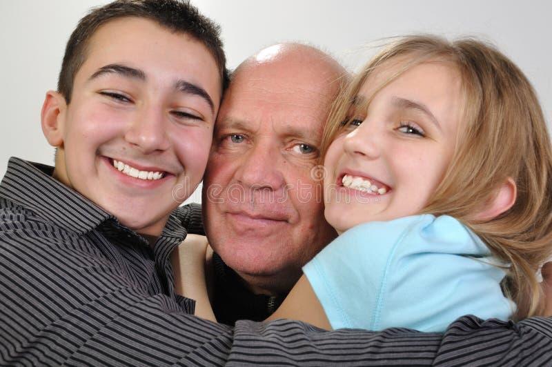 Familienporträt des älteren Vaters mit Kindern stockfotos
