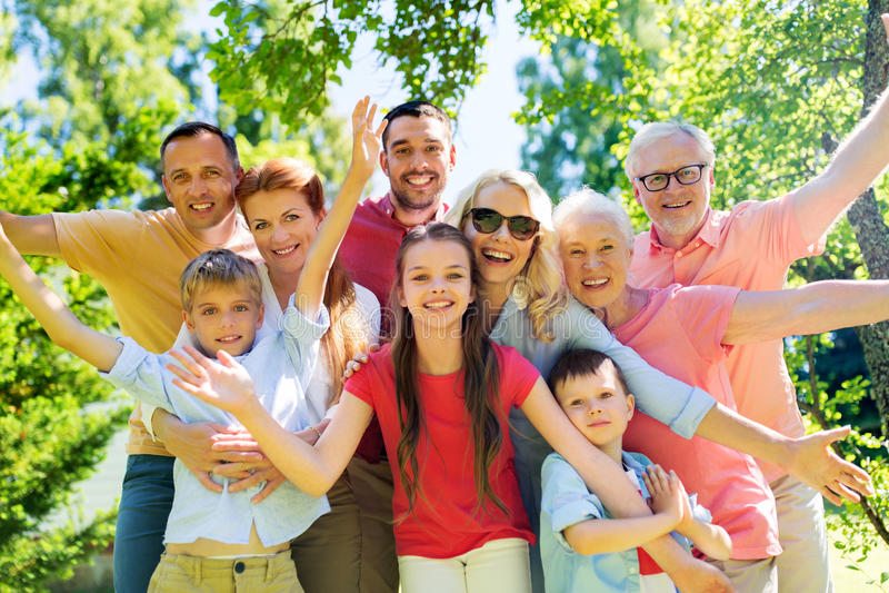 Glückliches Familienporträt im Sommergarten stockbilder