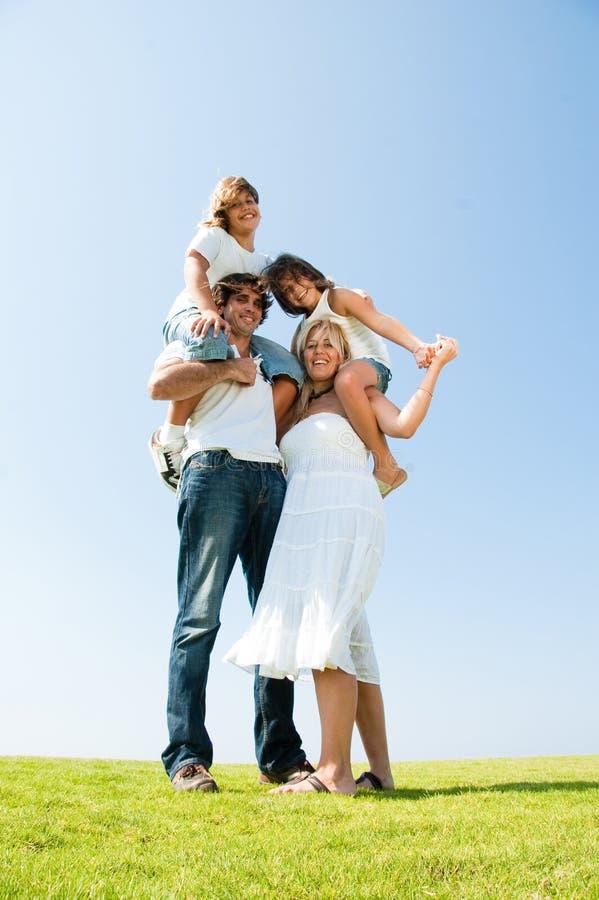 Glückliches Familienportrait, das Spaß hat stockfotos