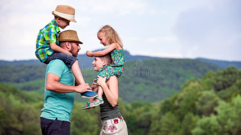 Glückliches Familienzeitkonzept lizenzfreie stockbilder