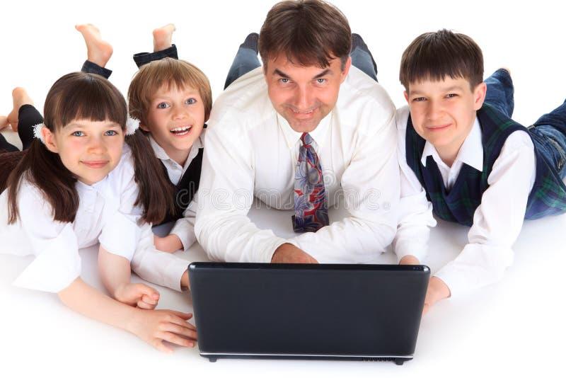 Glückliches familiy mit Laptop stockfotos