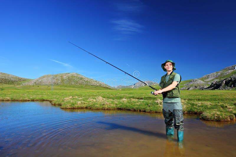 Glückliches Fischerfischen in Mavrovo lizenzfreie stockbilder