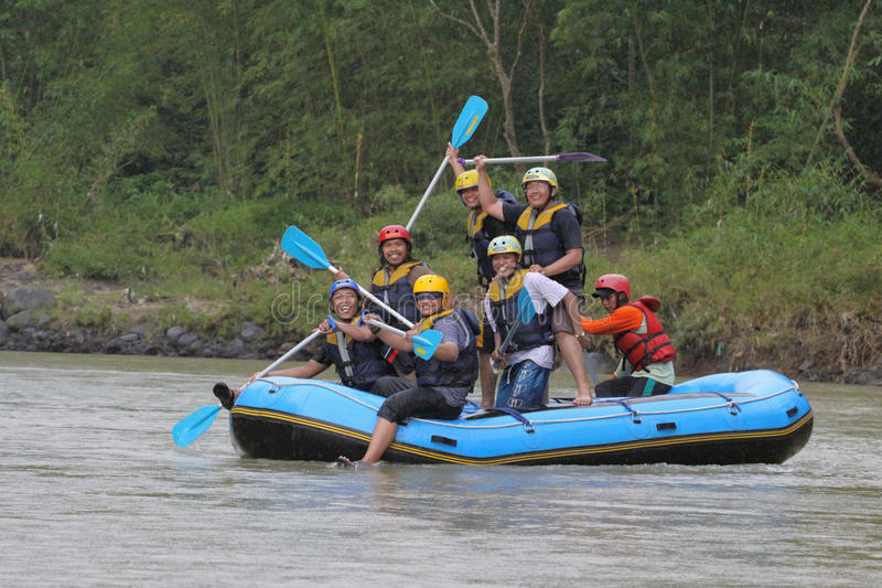 Glückliches Flößen in progo Fluss Indonesien lizenzfreie stockbilder