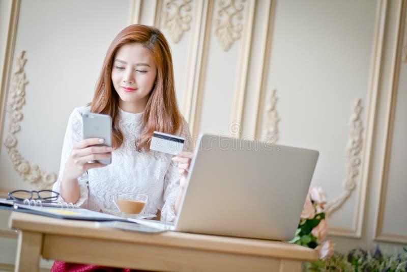Glückliches Frau Einkaufen online stockfotografie