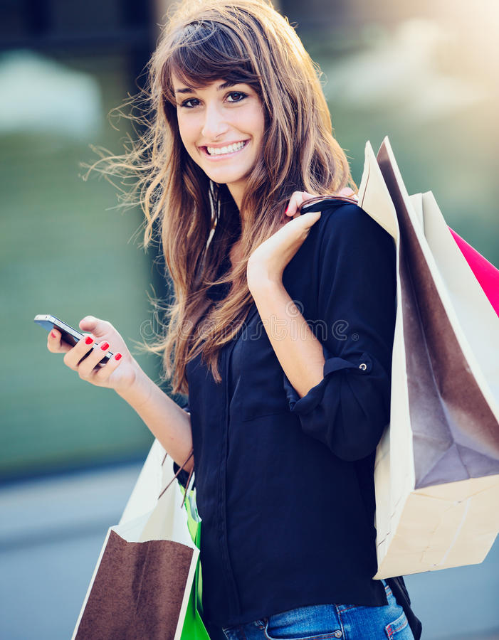 Glückliches Frauen-Einkaufen lizenzfreies stockfoto