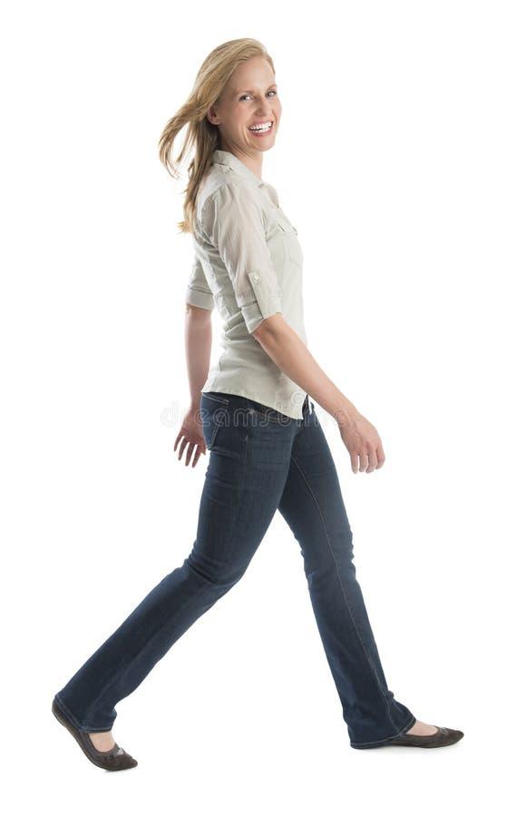 Glückliches Frauen-Gehen lokalisiert auf weißem Hintergrund stockbild
