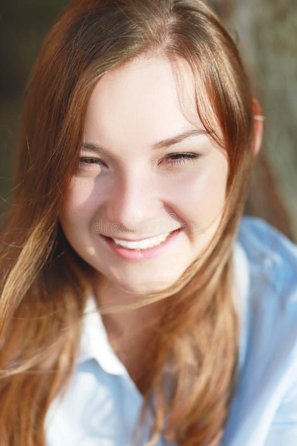 Glückliches Frauen-Lächeln lizenzfreies stockfoto