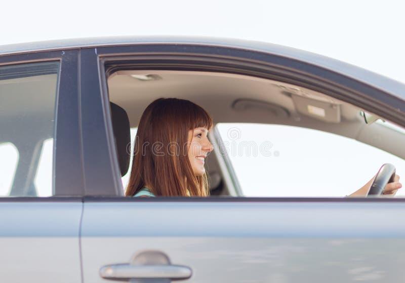 Glückliches Frauenautofahren lizenzfreies stockfoto