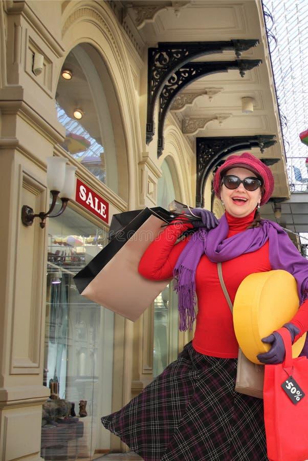 Glückliches Fraueneinkaufen lizenzfreie stockbilder