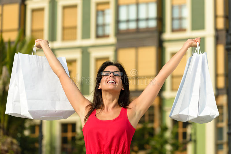 Glückliches Fraueneinkaufen der Mode in Spanien lizenzfreies stockbild