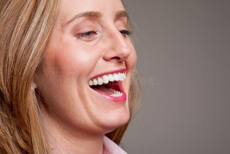 Glückliches Frauenlachen stockbild