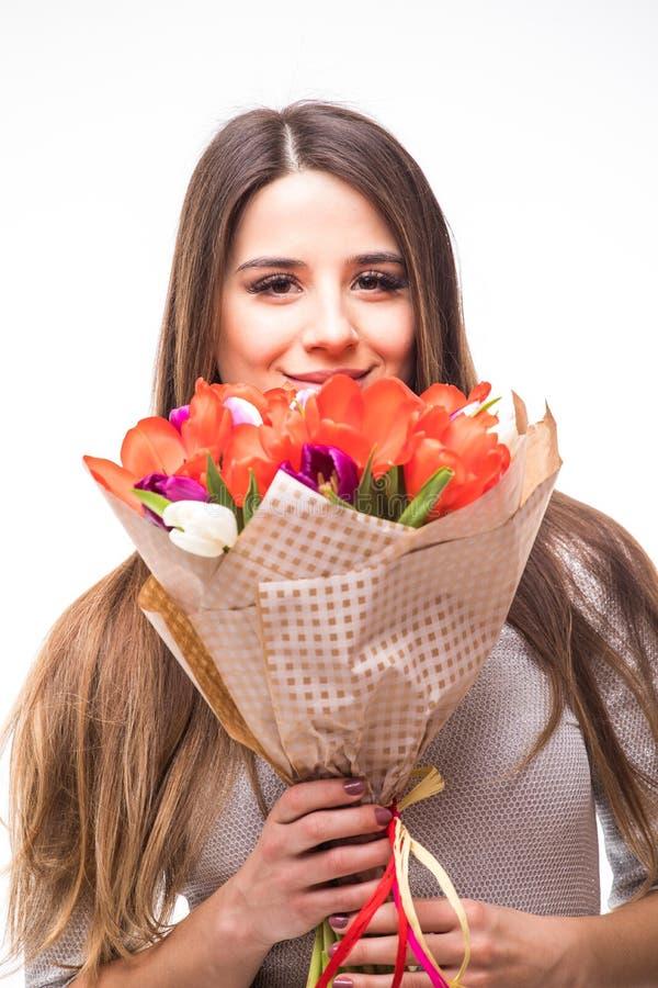 Glückliches Frauenporträt mit den Tulpen lokalisiert auf weißem Hintergrund Rosa vektorabbildung lizenzfreies stockfoto