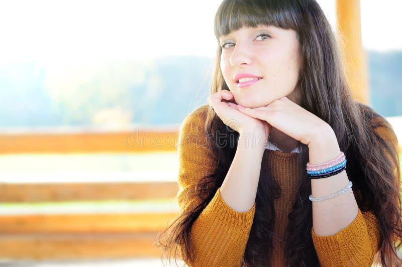 Glückliches Frauenportrait stockfoto