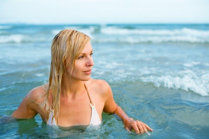Glückliches Frauenschwimmen   lizenzfreies stockfoto