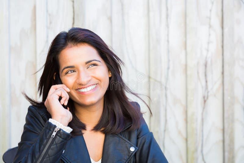 Glückliches Frauentelefon lizenzfreie stockfotos