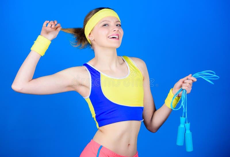 Glückliches Frauentraining mit Seilspringen Sportliches Frauentraining in der Turnhalle Gesundheitsdiät Formung des Erfolgs Stark lizenzfreies stockbild