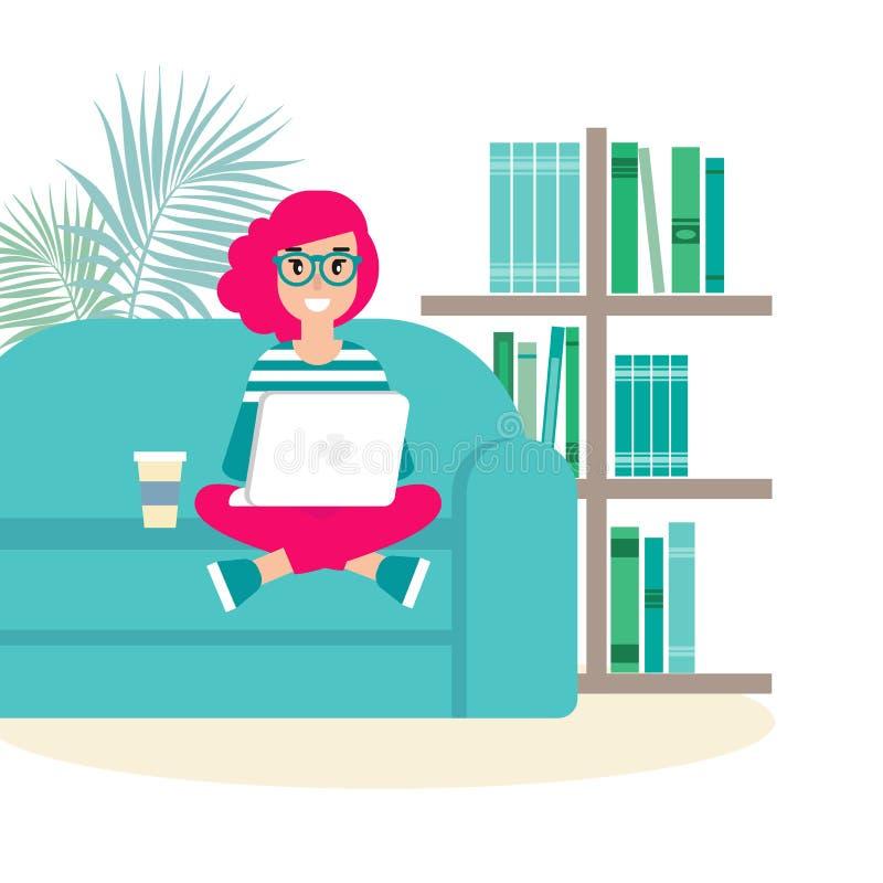 Glückliches Freiberuflermädchen mit Gläsern auf Sofa mit Laptop kreativer Hippie arbeiten zu Hause stock abbildung