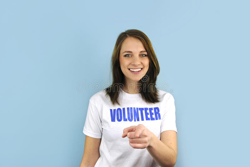 Glückliches freiwilliges Mädchen, das auf Sie zeigt lizenzfreie stockbilder