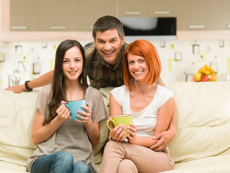 Glückliches Freunde meetup für Kaffee stockbild