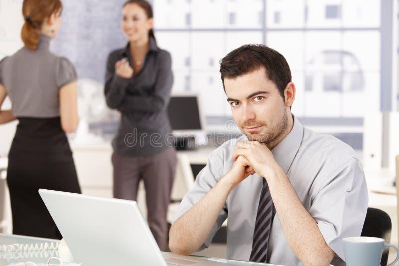 Glückliches Geschäftsteam, das Bruch im Büro hat lizenzfreie stockfotografie